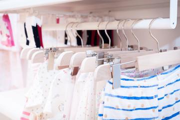 Почему у детской одежды швы наружу